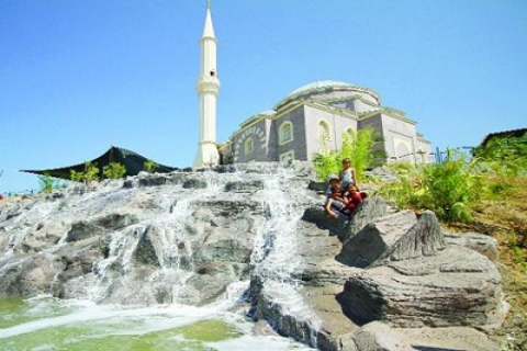 Karşıyaka'ya Yapılan Yapay Şelale Vatandaşın İlgisini Çekiyor!