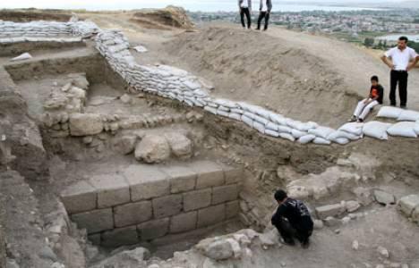 Urartu Kralı, Urartu Sarayı, van kalesi kazıları, van kazıları