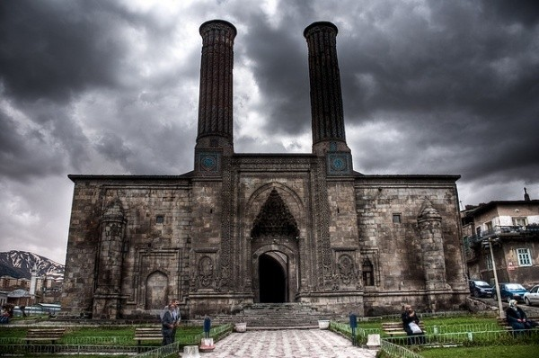 erzurumun-simgesi-cifte-minareli-medrese-buzdan-insa-edildi