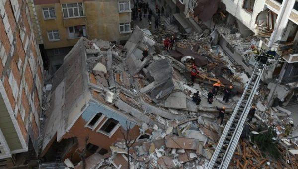 İstanbul Bahçelievler'de 7 Katlı Boş Bina Çöktü!