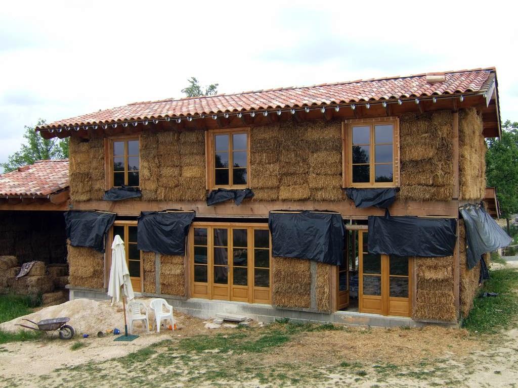 -Bu evlerde ahşap araları saman balyalarıyla doldurulmuş, üzeri çamur ile sıvanmıştır. (Fransa)