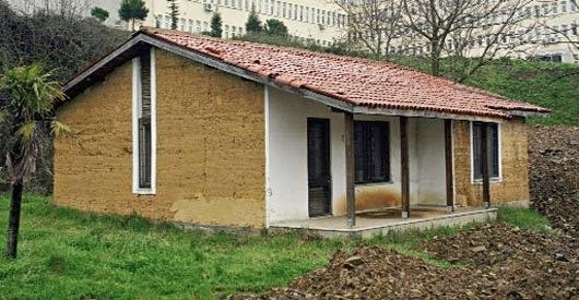İ.T.Ü. Mimarlık Fakültesi'nin Maslak Kampüsü'nde 1995 yılında yaptırdığı örnek kerpiç ev.